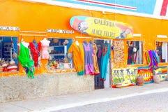 Den färgrika souvenir shoppar klädkonster, Kap Verde arkivfoton