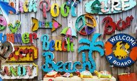 Den färgrika stranden undertecknar in stången Royaltyfri Fotografi