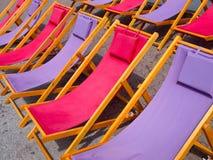 Den färgrika stranden varar ordförande vid bakgrund Arkivbilder