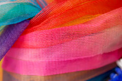 Den färgrika thailändska plast- girlanden, kan finnas på några buddistiska vikarier Arkivbild