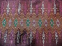 Den färgrika traditionella thailändska gamla rosa siden- textilmodellen Handcraft texturtappningstil Arkivfoto