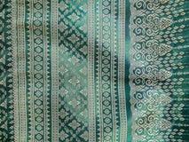 Den färgrika traditionella thailändska siden- textilmodellen Handcraft texturtappningstil som används som bakgrund Royaltyfri Bild