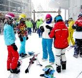 Besökare av skidar semesterorten i högsäsong Arkivfoto