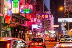 Den färgrika vägen för neonnattgatan i Hong Kong loppgränsmärke i HONGKONG Mongkok distraherar arkivfoto
