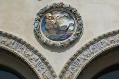 Den färgrika yttre terrakottadekoreringen på det historiska Childs restaurangbyggandet Arkivfoto