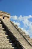den 2007 fångade castilloen chichen itzaen mexico en för el första rays solljusundervärlden yucatan Arkivfoto