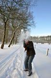 den fångande fältpensionären kastar snöboll den snöig kvinnan Royaltyfri Fotografi