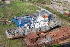 Den föråldrade och rostiga skytteln är i skeppet som bryter gården som är klar för demontering Royaltyfria Bilder