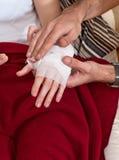 den förband closeupen hands kvinnan för man s Royaltyfri Bild