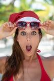Den förbluffade kvinnan på jul semestrar på den karibiska stranden fotografering för bildbyråer