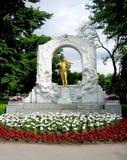 Den förgyllda bronsmonumentet av Johann Strauss i den wienska staden parkerar fotografering för bildbyråer