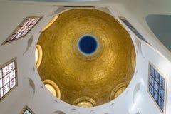 Den förgyllda kupolen på taket i den centrala korridoren av salighetkloster som lokaliseras på berget på kusten av havet av G arkivfoto