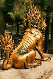Den förgyllde enhörningen sitter i den imperialistiska trädgården av Forbiddenet City tillbaka sikt Beijing royaltyfri bild