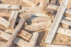 Den förlorade högen av den gamla använda wood plankan med smuts spikar royaltyfri fotografi