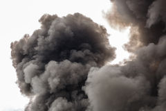 Den förorena röken av en enorm brand som översvämmar himlen Royaltyfria Foton