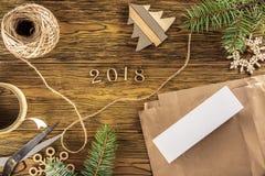 Den förpackande processen av en smartphone som en gåva det nya året 2018 De idérika diagramen för sikt uppifrån Royaltyfria Foton