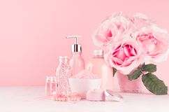 Den försiktiga flickaktiga klä tabellen med blommor, skönhetsmedelprodukter - steg olja, bad saltar, kräm, doft, bomullshandduken arkivfoto