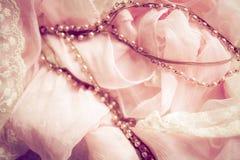 Den försiktiga rosa färgen och snör åt Arkivfoton