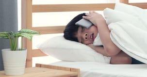 Den försova sig pojken önskar inte att vakna upp, lager videofilmer