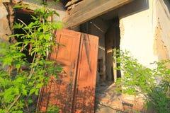 Den förstörda byggnaden efter tromb royaltyfria foton