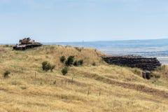 Den förstörda israeliska behållaren nära bunker är efter domedagen Yom Kippur War på Golan Heights i Israel, nära gränsen med arkivbild
