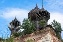 Den förstörda kyrkan Arkivbilder