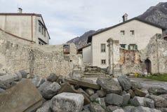 Den förstörda kyrkan av St John det baptistiskt i Venzone, Italien arkivfoto