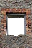 Den förstörda lantliga stenhuggeriarbetet för murverket för väggen för kalkstenstenblockspillror fördärvar och tömmer den tomma i fotografering för bildbyråer