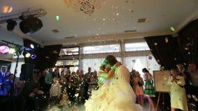 Den första dansen av de lyckliga charmiga nygifta personerna i den lyxiga restaurangen Brudgummen rotera rundan hans attraktiva b arkivfilmer