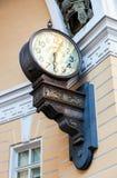 Den första elektriska klockan i St Petersburg & x28; 1905& x29; på bågen av Royaltyfria Foton