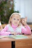 den första flickan som väghyveln hand henne, sätter upp Arkivfoto