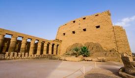 Den första pylonen av den Karnak templet arkivbild