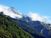 Den första snön på de alpina maxima i den turist- regionen Glarnerland arkivbild