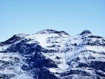 Den första snön på de alpina maxima i den turist- regionen Glarnerland royaltyfri foto