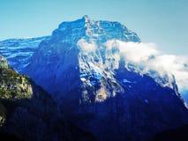Den första snön på de alpina maxima i den turist- regionen Glarnerland royaltyfri bild