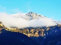 Den första snön på de alpina maxima i den turist- regionen Glarnerland royaltyfri fotografi