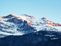Den första snön på de alpina maxima i den turist- regionen Glarnerland arkivfoto