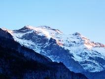 Den första snön på de alpina maxima i den turist- regionen Glarnerland fotografering för bildbyråer