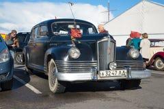Den första sovjetiska efterkrigs- bilen av den representativa gruppen ZIS-110 deltar i en utställning av retrocars Royaltyfri Bild