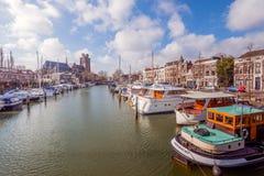 Den förtöjde motorn seglar i en kanal i den holländska staden av Dordrecht Fotografering för Bildbyråer