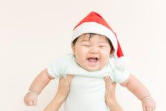 Den förtjusande asiatet behandla som ett barn den gulliga flickan som ler med kopieringsutrymme i jultema Royaltyfri Foto