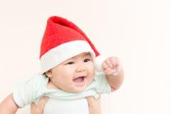 Den förtjusande asiatet behandla som ett barn den gulliga flickan som ler med kopieringsutrymme i jultema i jultema Royaltyfria Bilder