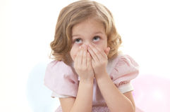 den förtjusande blonda flickan little skrämmde Royaltyfri Fotografi