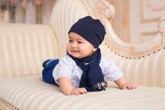 Den förtjusande caucasianen behandla som ett barn pojken Royaltyfria Bilder