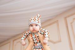 Den förtjusande caucasianen behandla som ett barn Ståenden av tre gamla månader behandla som ett barn pojken Royaltyfri Foto