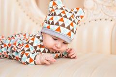 Den förtjusande caucasianen behandla som ett barn Ståenden av tre gamla månader behandla som ett barn pojken Arkivfoton