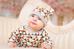 Den förtjusande caucasianen behandla som ett barn Ståenden av tre gamla månader behandla som ett barn pojken Royaltyfria Bilder