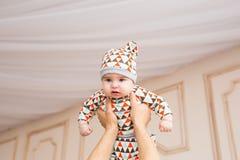 Den förtjusande caucasianen behandla som ett barn Ståenden av tre gamla månader behandla som ett barn pojken Arkivbild