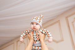Den förtjusande caucasianen behandla som ett barn Ståenden av tre gamla månader behandla som ett barn pojken Arkivbilder