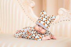 Den förtjusande caucasianen behandla som ett barn Ståenden av tre gamla månader behandla som ett barn pojken Arkivfoto